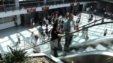 Commuters People moving staircase at the entrance of Salone — Vídeo de stock