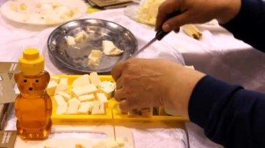 Сыр на тарелку, закрыть — Стоковое видео