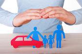 Handen bewaken familie en auto — Stockfoto