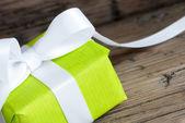 Zbliżenie zielony prezent — Zdjęcie stockowe