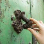 Door knocker with human's hand — Stock Photo #20429787