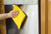 年轻女子在厨房里做家务清洁洗碗机 — 图库照片