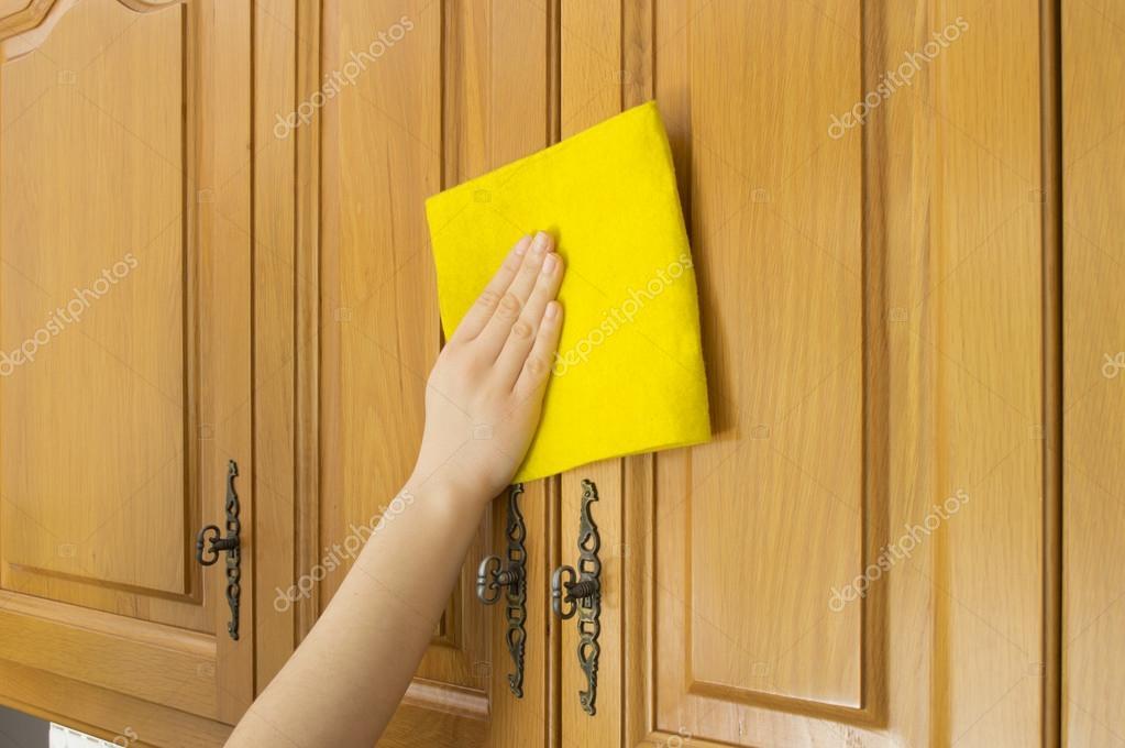 年轻女子在厨房里做家务清洁橱柜 图库照片 169 Nanaplus#22224325