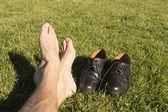 Ayak rahatlatıcı ayakkabılarıyla çim — Stok fotoğraf