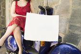 Vrouw zitten op een motorfiets met een boodschappentas — Stockfoto