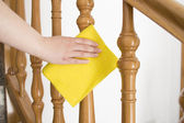 Limpeza dos trilhos de madeira com pano amarelo horizontal — Foto Stock