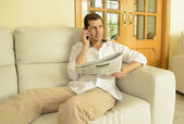 Commenting economy news in your phone — Stock Photo