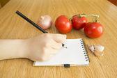 написать в ноутбук и свежими овощами — Стоковое фото