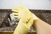 Gros plan d'une femme mettant les gants — Photo