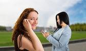ženy a pomocí smartphone — Stock fotografie