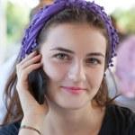 vackra skrattar tonårig flicka talar i mobiltelefon — Stockfoto #14099264