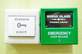 Porta e o alarme de emergência — Foto Stock