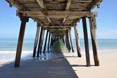 日当たりの良い南オーストラリアでグランジ桟橋の下に — ストック写真