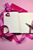 Yazma veya kurdele ile pembe günlüğü planlama — Stok fotoğraf