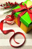 黄色、赤と緑のクリスマス プレゼント — ストック写真