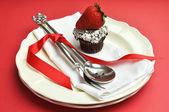 красный тема настройку обеденный стол с столовое серебро — Стоковое фото