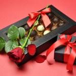 Walentynki prezenty - czekoladki, czerwona róża i Dar — Zdjęcie stockowe
