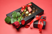 Día de san valentín presenta - chocolates, rosa roja y regalo — Foto de Stock