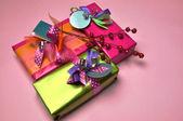 Rosa tema ljus färg festliga presenterar. — Stockfoto