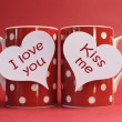 "Valentines Day ""I love you"" and ""kiss me"" messages on red polka dot mugs — Stock Photo"