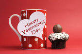 """Happy Valentines Day"" messages on red polka dot mug with chocolate cupcake — Zdjęcie stockowe"