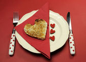 Colazione di san valentino tema rosso con brindisi di forma cuore con amore cuori — Foto Stock