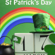 Happy St Patrick's Day calendar date, March 17, with Leprechaun hat, pot of gold, and rainbow — Stock Photo #19108509