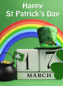 Happy St Patrick's Day calendar date, March 17, with Leprechaun hat, pot of gold, and rainbow — Stock Photo