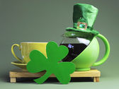 St Patrick's Day breakfast with green pot of tea, tea cup and saucer with shamrock — Стоковое фото