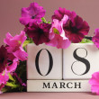 White block calendar for International Women's Day, March 8, decorated with pink and purple flowers (horizontal) — Stock Photo