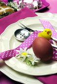 Różowy tematu szczęśliwy wielkanocny obiad lub śniadanie stół ustawienie - z bliska. — Zdjęcie stockowe