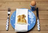 Frühstück Tisch Einstellung mit Osterhase Hase Toast — Stockfoto