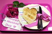 Mutlu anneler günü kahvaltı tepsisi pembe Gül ve kalp şekli tost puantiyeli tepsi. — Stok fotoğraf