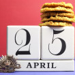 Australian ANZAC Day, April 25, save the date with WW1 Rising Sun Hat Badge on red, white and blue background with white block calendar and traditional Anzac biscuits. - Foto Stock