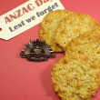 Anzac Day biscuits with Rising Sun Hat Badge and Lest We Forget message — Stock Photo