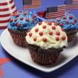 vierde 4 juli partij feest met blauwe, rode en witte chocolade cupcakes op witte breuk plaat en VS Amerikaanse vlaggen - closeup — Stockfoto