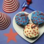 7 月の第 4 第 4 回ホワイト ハート プレートに赤、白および青チョコレート カップ ケーキでお祝いをパーティーします。 — ストック写真