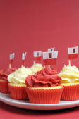 Polish red and white decorated cupcakes with Poland flags for November 11 — Stock Photo