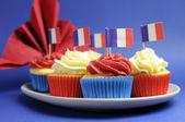Francés tema rojo, blanco y azul tortas mini cupcake con banderas de franco — Foto de Stock