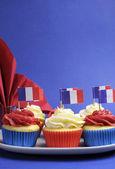 Franska tema röd, vit och blå mini cupcake kakor med flaggor av francen — Stockfoto