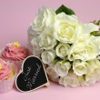 Wedding white roses bouquet with pink cupcake, with Just Married message on heart shape blackboard. — Stock Photo