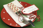Traditional red and green Christmas lunch or dinner table place setting. — Fotografia Stock
