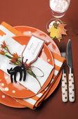 Moderno y luminoso feliz halloween almuerzo o cena mesa cubiertos. — Foto de Stock