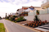 Australian street of homes on esplanade over looking beach — Stock Photo