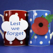 Cups of coffee with Lest We Forget message tag — Stock Photo
