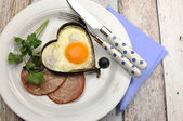 High protein ham and eggs breakfast meal on shabby chic table — Stock Photo