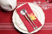 Red and white theme festive table setting with turkey tureen for Thanksgiving or Christmas lunch dinner meal — Foto de Stock
