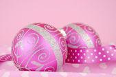 Bella decorazione di Natale allegro rosa ornamenti — Foto Stock
