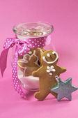 Pink Christmas with gingerbread men. — Stock Photo