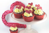 Red velvet cupcakes for Valentines Day or love theme holidays or birthdays — Foto Stock